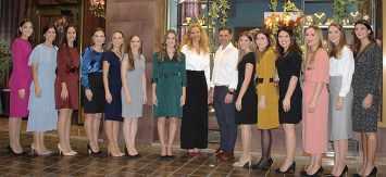 Art Antic recibió la visita de las Falleras Mayores de Valencia y sus cortes de honor