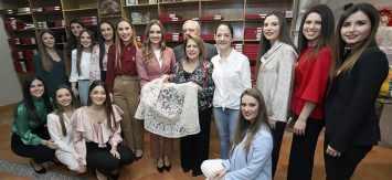 Mantillas de Artesanía Viana para Consuelo y su corte