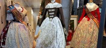 Los trajes de las Falleras Mayores de Valencia, escaparate de la artesanía valenciana